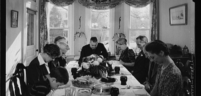 Saying_grace_before_carving_the_turkey_at_Thanksgiving_dinner_8d10749v